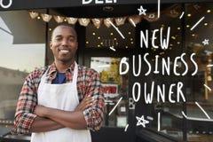 Czarna męska nowa właściciel biznesu pozycja na zewnątrz sklep z kawą Zdjęcie Stock