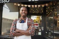 Czarna męska właściciel biznesu pozycja na zewnątrz sklep z kawą Obrazy Stock