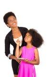 Czarna macierzysta córka pozuje szczęśliwie Obraz Royalty Free