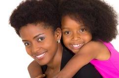 Czarna macierzysta córka pozuje szczęśliwie Zdjęcia Royalty Free