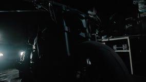 Czarna motocykl sylwetka w garażu ghostbike zbiory wideo