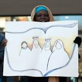 Czarna muzułmańska kobieta z sztandarem przy wiecem Obrazy Stock
