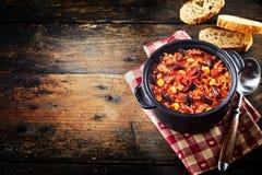 Czarna niecka z chili gulaszem zdjęcie stock