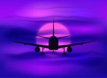 Czarna płaska sylwetka w ciemnym purpurowym zmierzchu niebie Obrazy Stock