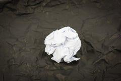Czarna papierowa piłka gofruje odizolowywa zdjęcie stock