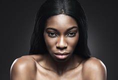 Czarna piękna kobieta z perfect skórą Obrazy Stock