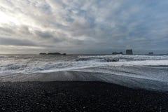 Czarna piasek plaża Reynisfjara w Iceland fale oceanu się fala pierwszoplanowe Zdjęcie Stock