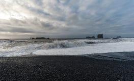 Czarna piasek plaża Reynisfjara w Iceland fale oceanu się fala pierwszoplanowe Obrazy Stock