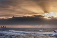 Czarna piasek plaża Reynisfjara w Iceland Ranku oceanu i nieba fala Wschód słońca Obrazy Royalty Free