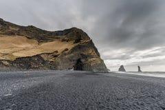 Czarna piasek plaża Reynisfjara w Iceland Skały w wodzie fale oceanu się fala pierwszoplanowe Zdjęcia Royalty Free