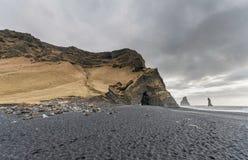 Czarna piasek plaża Reynisfjara w Iceland Skały w wodzie fale oceanu się fala pierwszoplanowe Obrazy Stock
