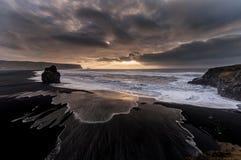 Czarna piasek plaża Reynisfjara w Iceland Wietrzny ranek fale oceanu się fala pierwszoplanowe Zdjęcia Stock