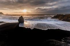 Czarna piasek plaża Reynisfjara w Iceland Wietrzny ranek fale oceanu się fala pierwszoplanowe Fotografia Stock