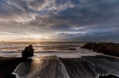 Czarna piasek plaża Reynisfjara w Iceland Wietrzny ranek fale oceanu się fala pierwszoplanowe Szeroki kąt Wschód słońca Obrazy Stock