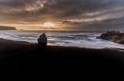Czarna piasek plaża Reynisfjara w Iceland Wietrzny ranek fale oceanu się fala pierwszoplanowe Wschód słońca Zdjęcie Royalty Free