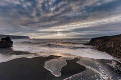 Czarna piasek plaża Reynisfjara w Iceland Wietrzny ranek fale oceanu się fala pierwszoplanowe zachmurzone niebo Obrazy Stock