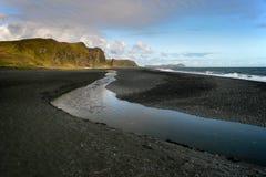 Czarna piasek plaża w Vik, Południowy Iceland zdjęcie stock