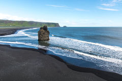 Czarna piasek plaża, Reynisfjara brzeg blisko wioski Vik, atlantycki ocean, Iceland Fotografia Stock
