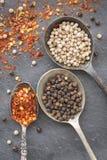 Czarna pieprzowa kukurudza, biała pieprzowa kukurudza chili wysuszeni płatki w ol Obrazy Royalty Free