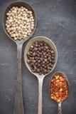 Czarna pieprzowa kukurudza, biała pieprzowa kukurudza i wysuszeni chili płatki w o, Obraz Stock