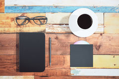 Czarna pokrywa dzienniczek, filiżanka kawy, pióro i cd dysk na multicol, Obraz Stock