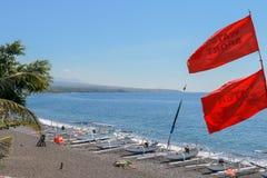 Czarna powulkaniczna piasek plaża od niedalekiego Agung wulkanu Tropikalny raj z drzewkami palmowymi i majestatycznym wulkanem w  fotografia royalty free