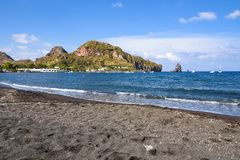 Czarna powulkaniczna plaża na Vulcano wyspie Obrazy Stock