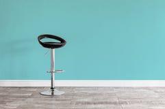Czarna prętowa stolec przed ścianą Zdjęcia Royalty Free