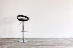Czarna prętowa stolec przed ścianą Obraz Stock