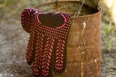 Czarna pracy rękawiczka na starej żelazo baryłce obrazy stock