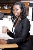 Czarna profesional kobieta przy coffeeshop Zdjęcia Stock