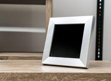 Czarna przestrzeń na horyzontalnej srebnej aluminium ramie obraz stock