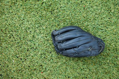 Czarna rękawiczka na trawy polu fotografia royalty free