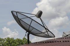Czarna satelita na czerwie? dachu w Thailand fotografia royalty free