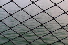 Czarna sieć i jeziorna woda fotografia stock