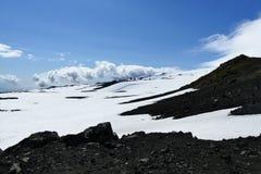 Czarna skała, biały śnieg i głęboki niebieskie niebo na Fimmvörduhals przełęczu, Iceland zdjęcie stock