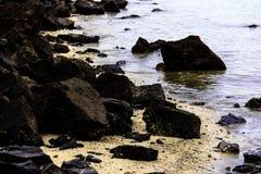 Czarna skała przy plażą Obraz Royalty Free