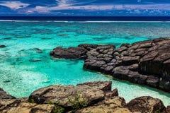Czarna skała, tropikalna plaża otaczająca czarnymi skałami, Rarotonga, Fotografia Royalty Free