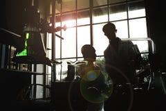 Czarna sylwetka w laboratorium naukowym zdjęcia royalty free