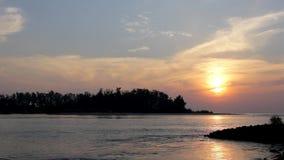Czarna sylwetka wyspa przeciw wieczór zmierzchu niebu z pogodną ścieżką w oceanie, widok od morza zbiory wideo