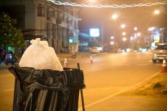 Czarna torba w koszu na ulicie Zdjęcia Royalty Free