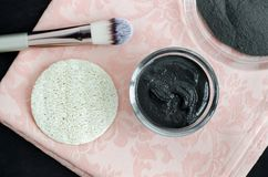 Czarna twarzy maska, ciało opakunek w małym szklanym pucharze kosmetyczni gliniani/ Domowej roboty kosmetyki Odgórny widok obraz stock