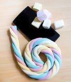 Czarna wisząca ozdoba i długi marshmallow staczający się na 6 liczbach Obrazy Stock