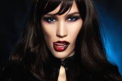 Czarna z włosami seksowna Halloweenowa makijaż dziewczyna zdjęcie stock