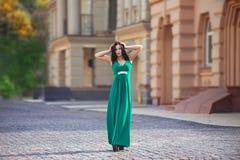 Czarna z włosami kobieta w zielonej sukni Obraz Stock