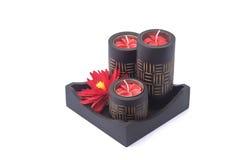 Czarna zdrój świeczka z czerwonym kwiatem w czarnym drewna pudełku Obrazy Stock