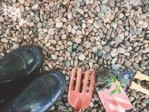 Czarna ziemia na ogrodnictwie, rydla narzędzie z małym kamiennym tłem Zdjęcia Stock