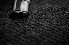 Czarne amunicje i pistolet zdjęcie royalty free