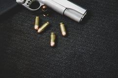 Czarne amunicje i pistolet obrazy stock