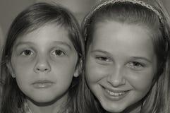 Czarne & białe portreta dwa młode dziewczyny Zdjęcia Stock